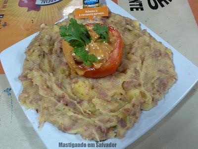 Escondidinho Bar e Restaurante: Prato Uma Trouxa Cheia (Tomate Recheado com Molho Especial, servido com Pirão de Aipim e Calabresa)