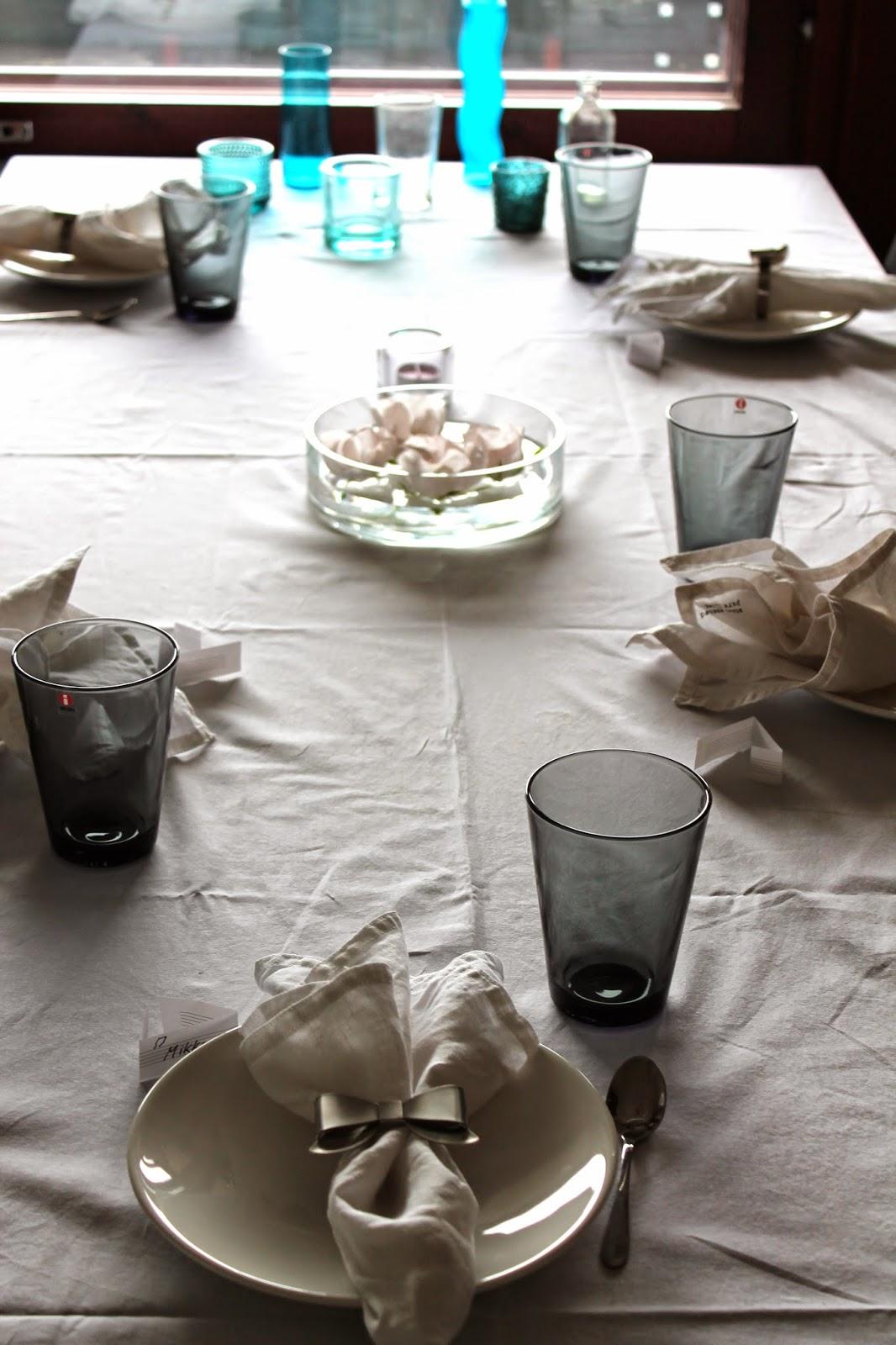 romantic white and blue/gey tableskape