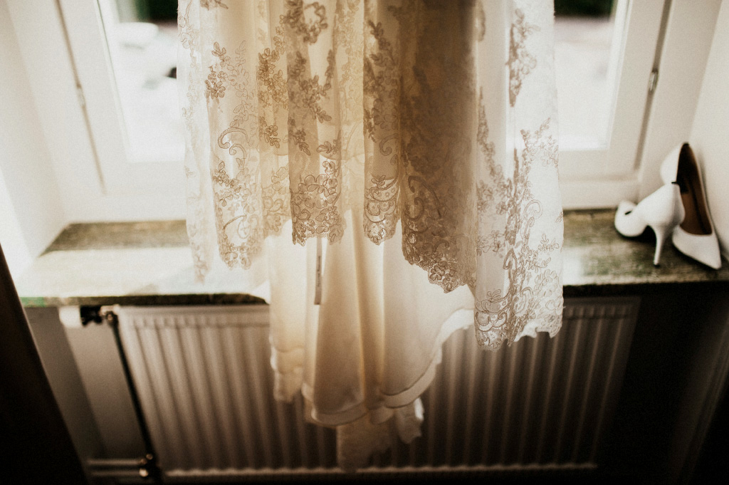 Bröllopsklänning i motljus