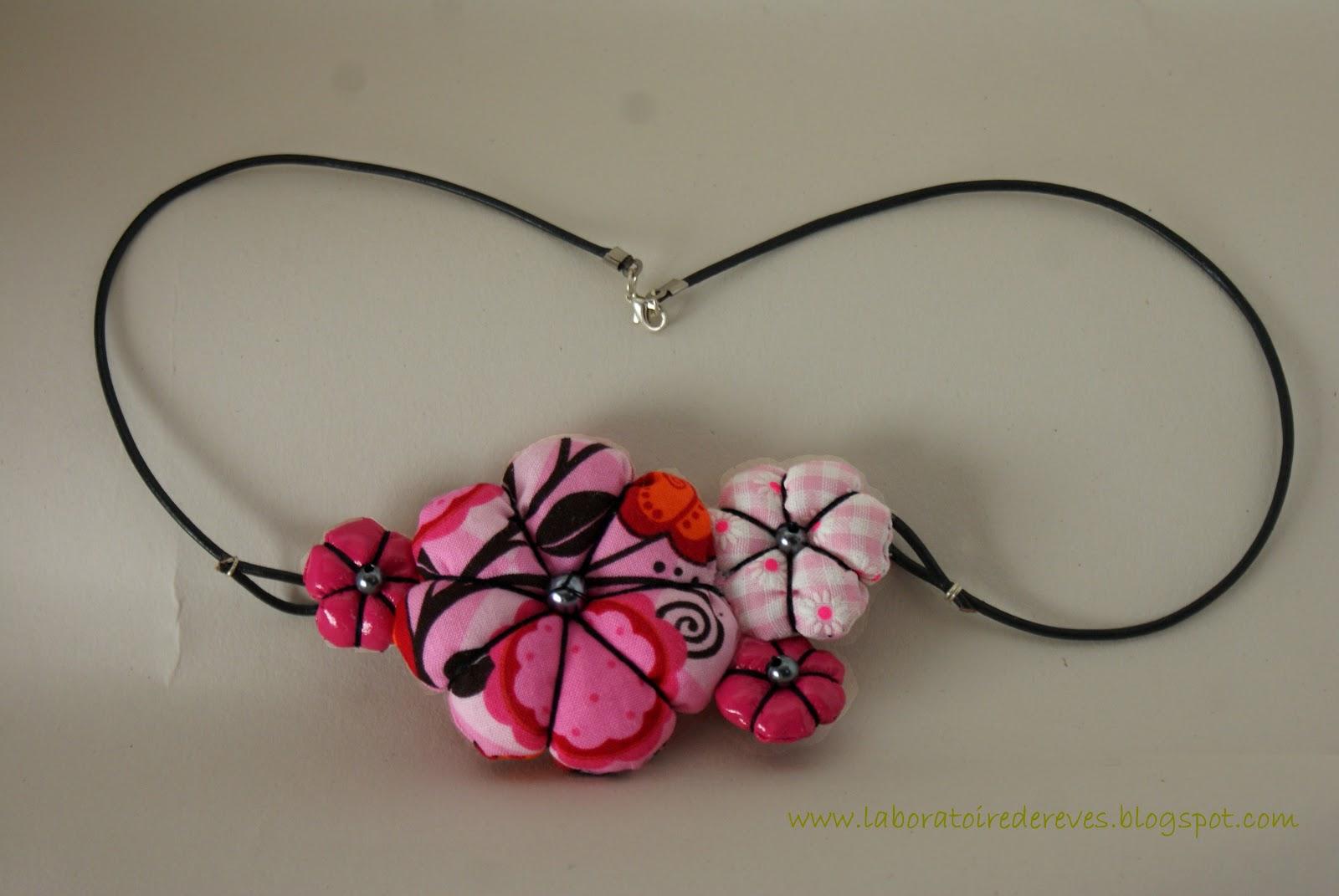 Assorti à mon bijoux de cheveux en origami, voici un collier en tissu lui  aussi, fait de fleurs japonaises