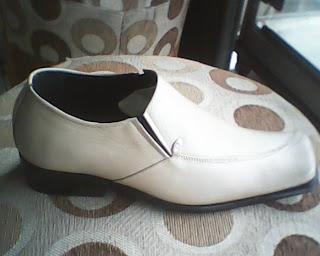 sepatu bally cream yang dilihat dari kanan