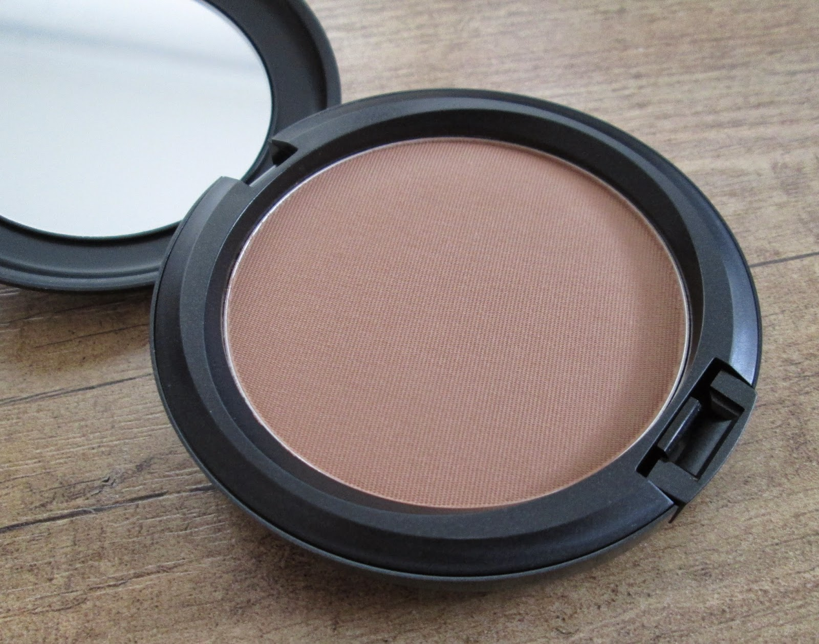 beautyful blog by pampashase review mac bronzing powder in matte bronze. Black Bedroom Furniture Sets. Home Design Ideas
