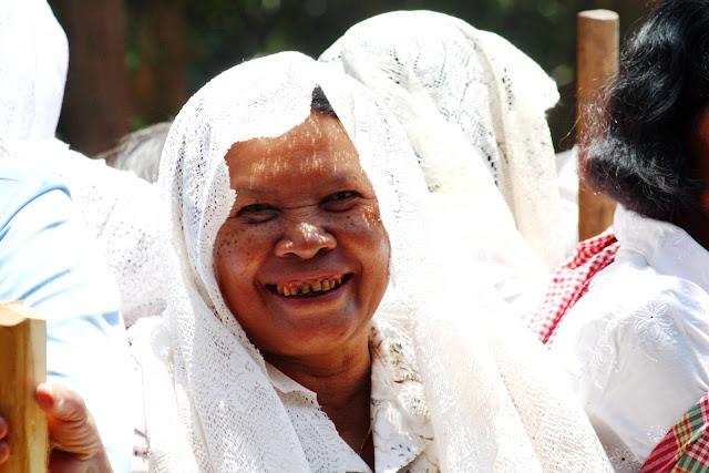 A propos de l'auteur  L'auteur : Christophe Gargiulo: Christophe Gargiulo est un producteur / réalisateur / photographe et journaliste qui travaille dans la région Asie-Pacifique depuis 35 ans. D'origine calédonienne, le journaliste est basé en Asie, Cambodge, depuis 2005.   Le Calédonien est l'auteur du film scientifique de référence, Les Terres du Lac, et d'une trentaine de documentaires produits pour les chaines télévisées du Cambodge. C'est en 2012 qu'a été réalisée la série l'Art et la Légende, retraçant l'histoire du Ballet Royal Khmer. Christophe a aussi produit et réalisé une série de portraits et reportages pour France Télévisions tels L'exil du Caillou, Le Dernier Rivage et les Ombres de Michoutouchkine. Journaliste, Christophe a participé à plusieurs journaux et magazines presse et radio tels Marianne, le Daily Post, Radio Nouvelle-Zélande et Radio Australie.