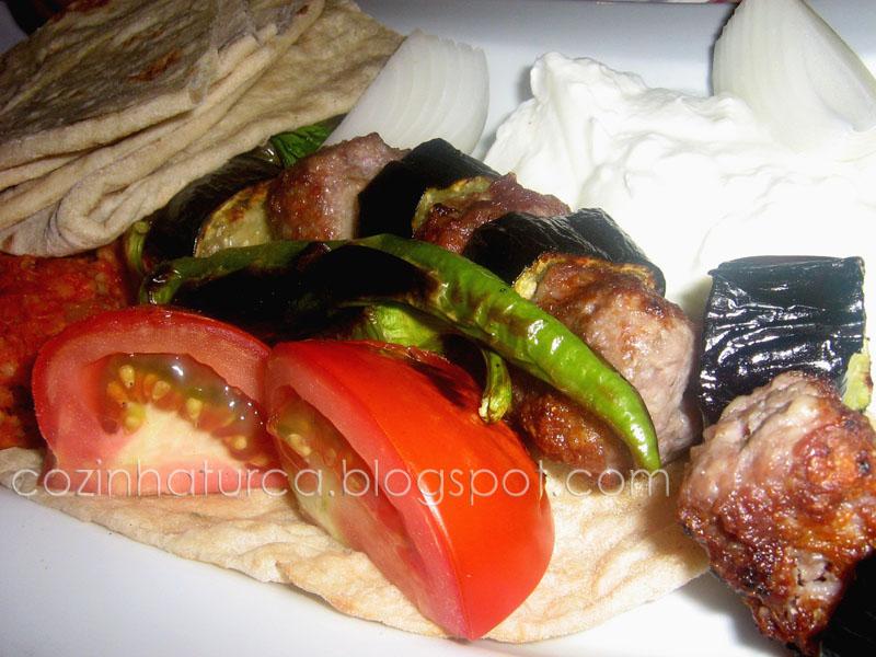 Espetada de Kaftas e Beringela (Patlıcanlı Kebap)