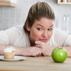 7 نصائح وعادات يومية تخلصك من دهون الجسم - فتاة تنظر الى طعام