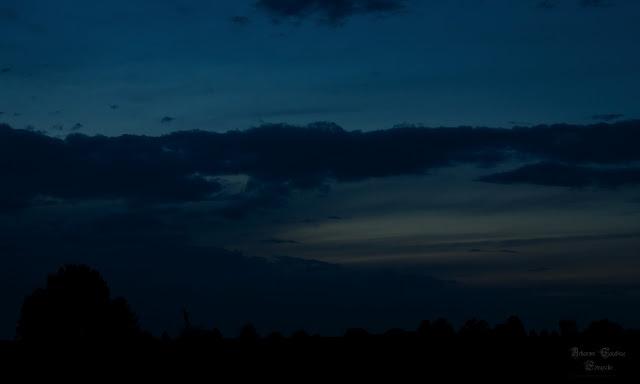 Landschaft zur blauen Stunde