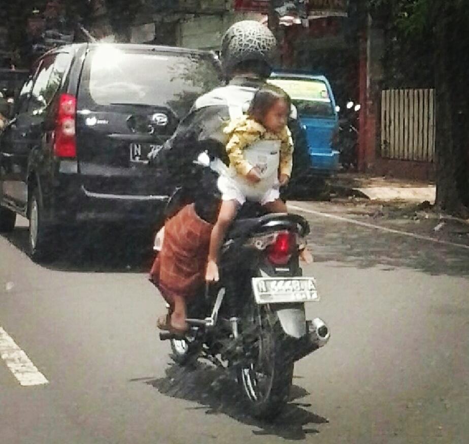 Boncengan motor yang aman