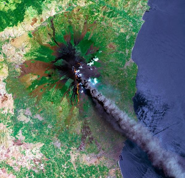 Gunung berapi Etna, di Pulau Sicily, Itali