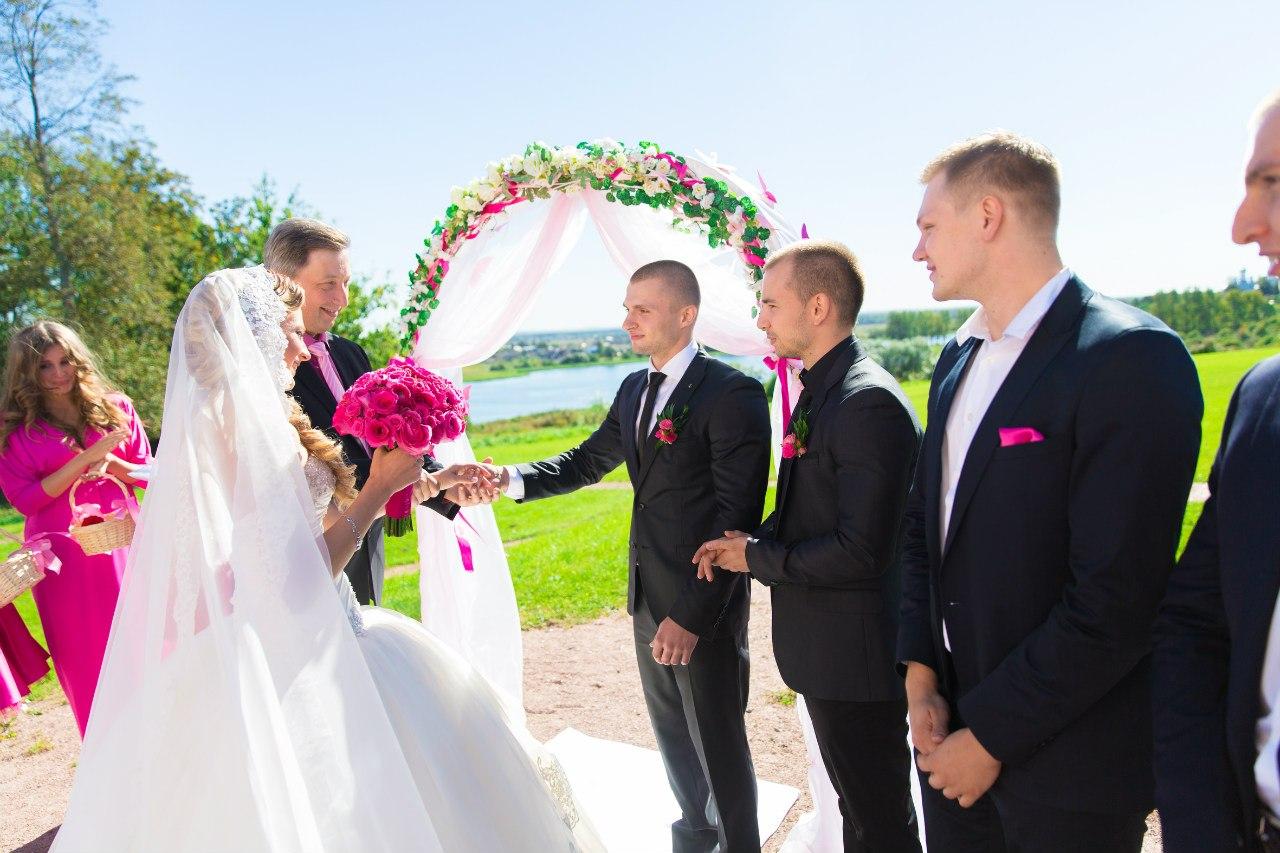 отец невесты передает дочь жениху