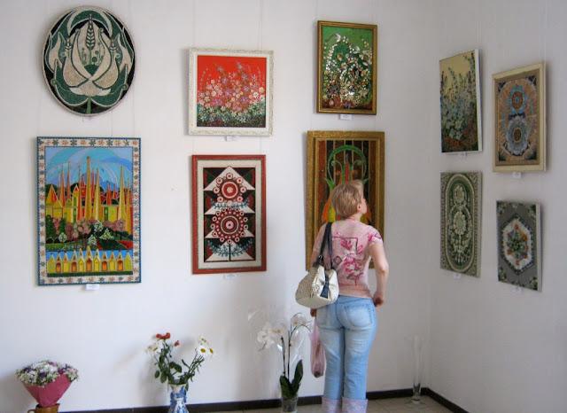 Фрагмент экспозиции Софии Болсуновской в галерее Митець