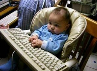 smešna slika: beba za računarom