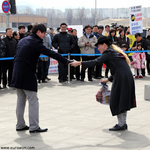 Mimo coreano interactuando con el público