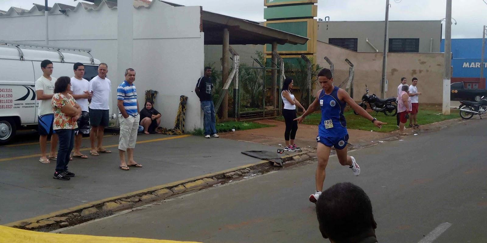 Foto 75 da 1ª Corrida Av. dos Coqueiros em Barretos-SP 14/04/2013 – Atletas cruzando a linha de chegada