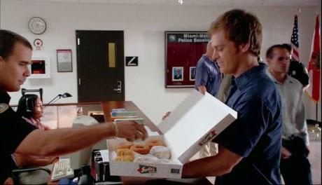 El donut, el famoso bollo con agujero del que tanto hay que resistirse de comer en las operaciones bikini. Tiene un origen marcado, no es que caigan del cielo al levantar el dedo precisamente.