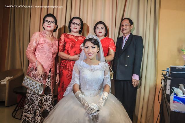 foto pernikahan dewi dan mike, dewi bersama keluarganya