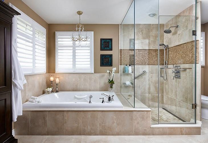 Baños Aseos Modernos: con paredes de cristal y bañera continua crean un efecto moderno