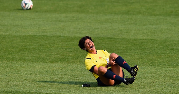 Football coupe du monde feminine l 39 arbitre italienne carina vitulano se blesse gravement - Quitte moi pendant la coupe du monde ...