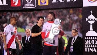 Marcelo Gallardo levanta la Copa Libertadores