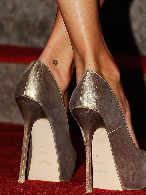 Zapiski na kartce obrazy i s owa uwiecznione na kobiecym for Kate moss tattoo