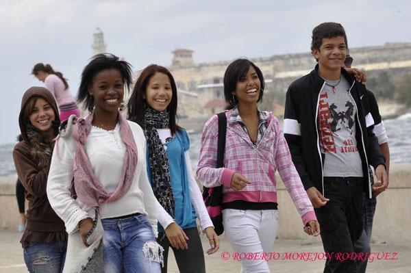 Jóvenes pasean por el Malecón de La Habana durante la llegada de una masa de aire polar el 17 de febrero de 2013.