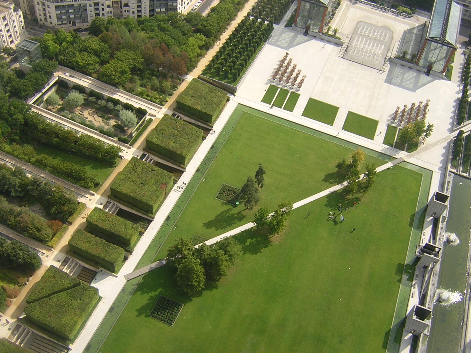 El jardín negro y lagran explanada con sus jardines íntimos anejos