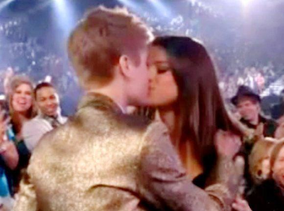 justin bieber and selena gomez billboard awards kiss. justin bieber selena gomez