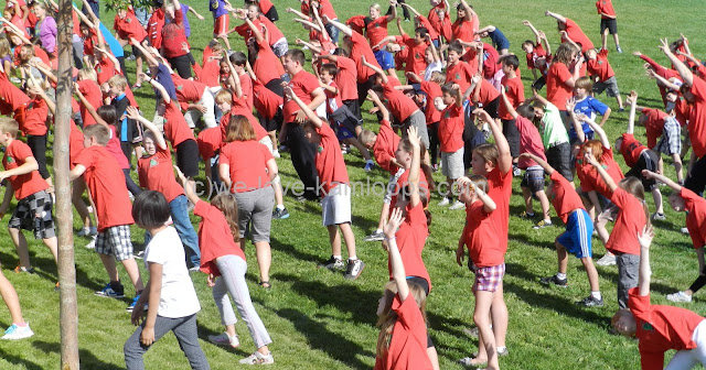 The students do some warm-up activities before the run.