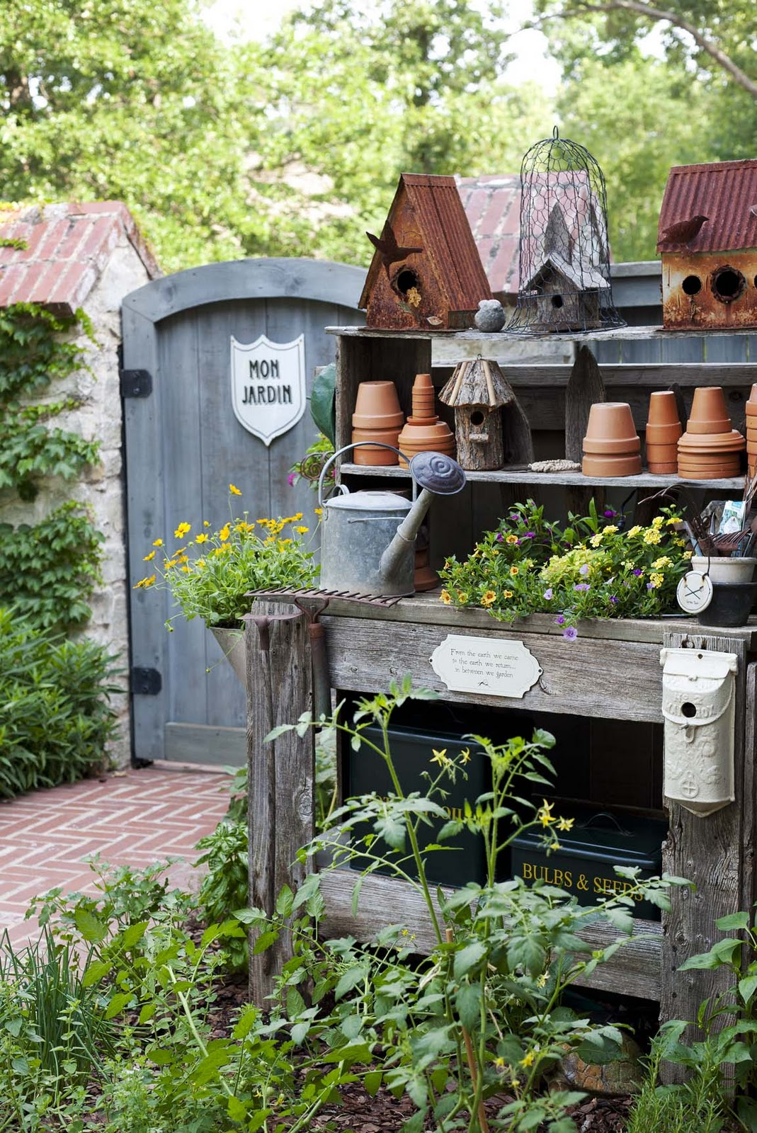 Roses and rust potting benches and other things - Plantas para jardin ...