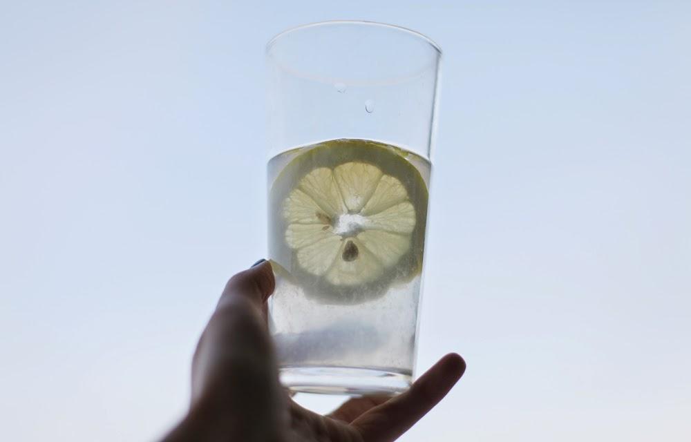 woda z cytryną dlaczego warto pić wodę z cytryną