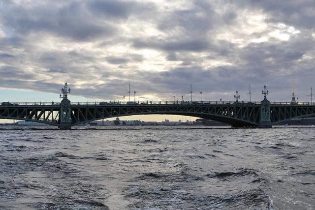 Paseo en barco por los canales y ríos de San Petersburgo