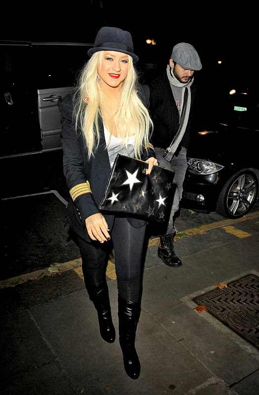 Christina Aguilera – Cleavage Candids in London