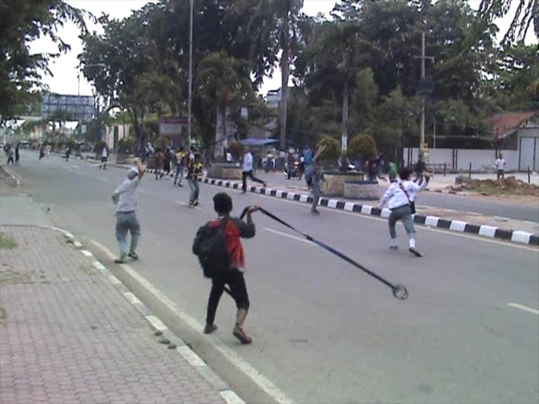 com)- Ratusan pelajar dari dua S-M-K di kota Karawang Jawa Barat .