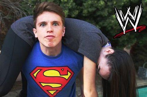 شاب مجنون بالمصارعة يضرب صديقته على طريقة جون سينا
