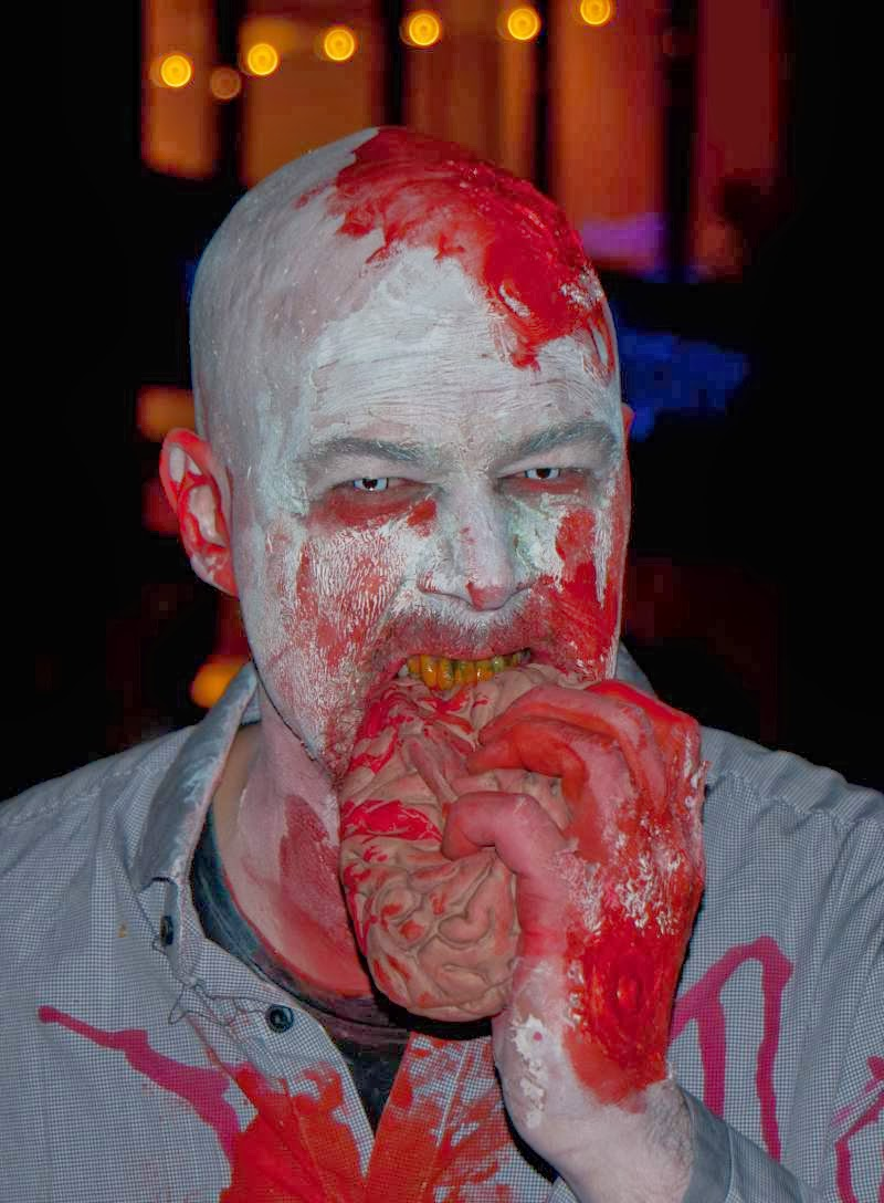 Falscher Zombie beim Essen
