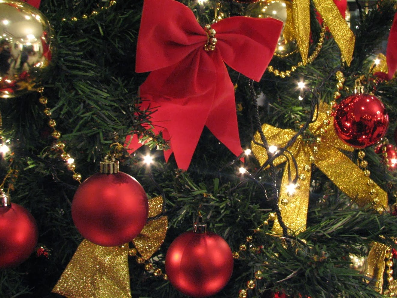 Red and gold christmas tree decorating ideas - Christmas Decorating Ideas In Green Red And Gold