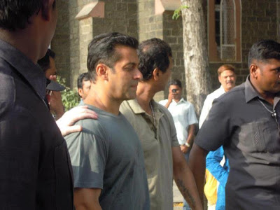 Salman Khan Dabangg 2 on location photo shoot with fans