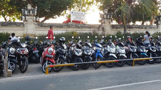 Aparcamiento de motos en la playa de Kuta (Bali)