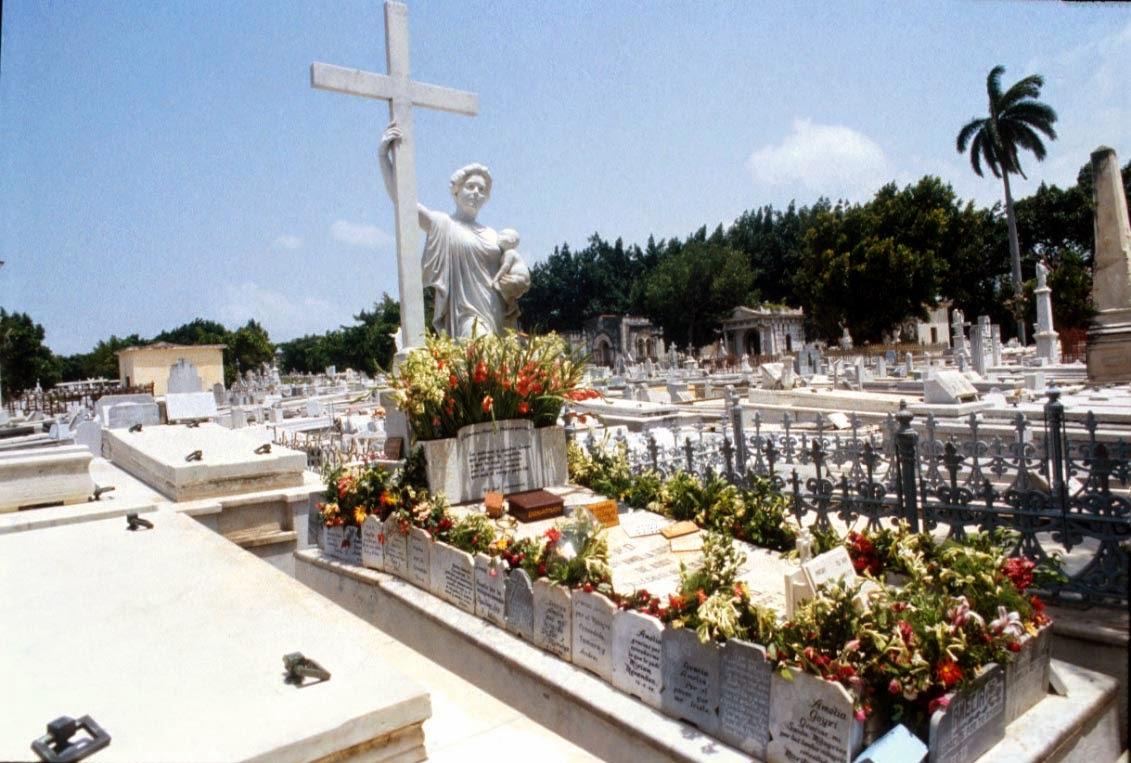 Tumba de La Milagrosa en el cementerio de Colón en La Habana