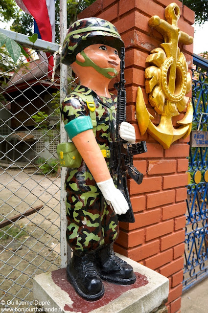 Soldat au Wat Bang Kung près de Mae Klong