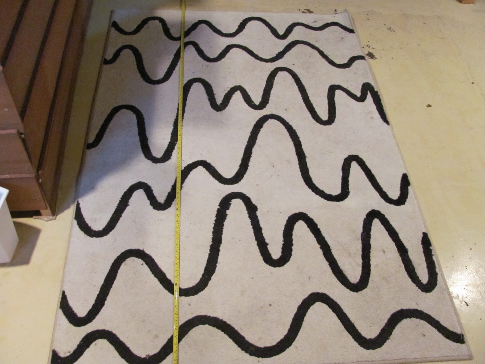 Measurement shot of a white rug with random, curvy black bars