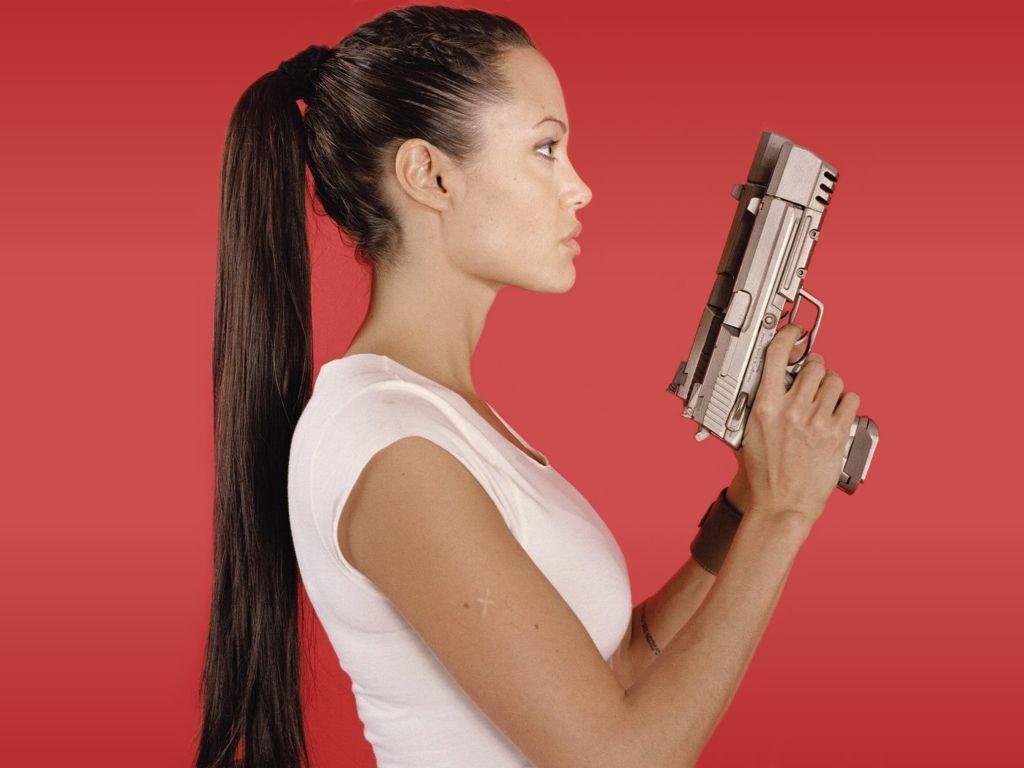http://1.bp.blogspot.com/-aL1zOsA-xnQ/T5aQ_RZXw5I/AAAAAAAAJLM/oM6q0SiqET4/s1600/angelina-jolie-with-guns.jpg