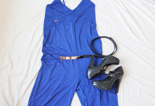 langer blauer Jumpsuit