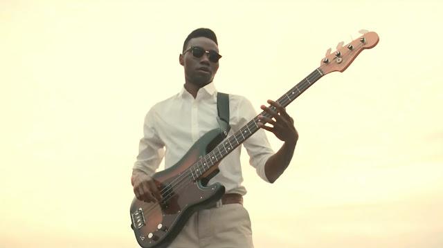 Metronomy-the-negro-tocando-bajo