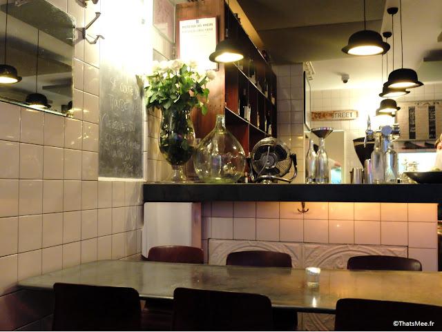 resto Maison Mere Paris 9eme Pigalle vins cocktail fish&chips rue Navarin bar, lampes chapeau melon déco détournée design Maison Mère restaurant Paris