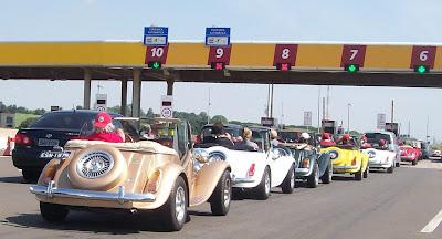 Os passageiros dos carros convencionais se impressionavam com a longa fila de conversíveis nas praças de pedágio.