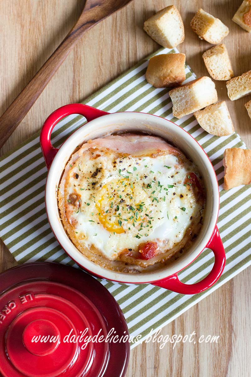 dailydelicious: Breakfast Club: Baked Egg in Tomato sauce and Bacon