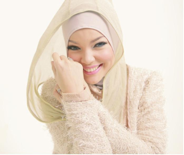 Cantiknya Dewi Sandra Berhijab   Tutorial Hijab