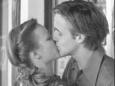 me besate,un beso rapido de los normales como si fueramos a hacerlo el restos de nuestras vidas.
