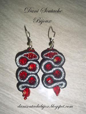 brincos em soutache preto e prata com cristais e missangas vermelhas