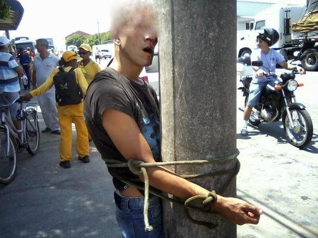 Malandro amarrado ao poste em Itajaí-SC - Um Asno